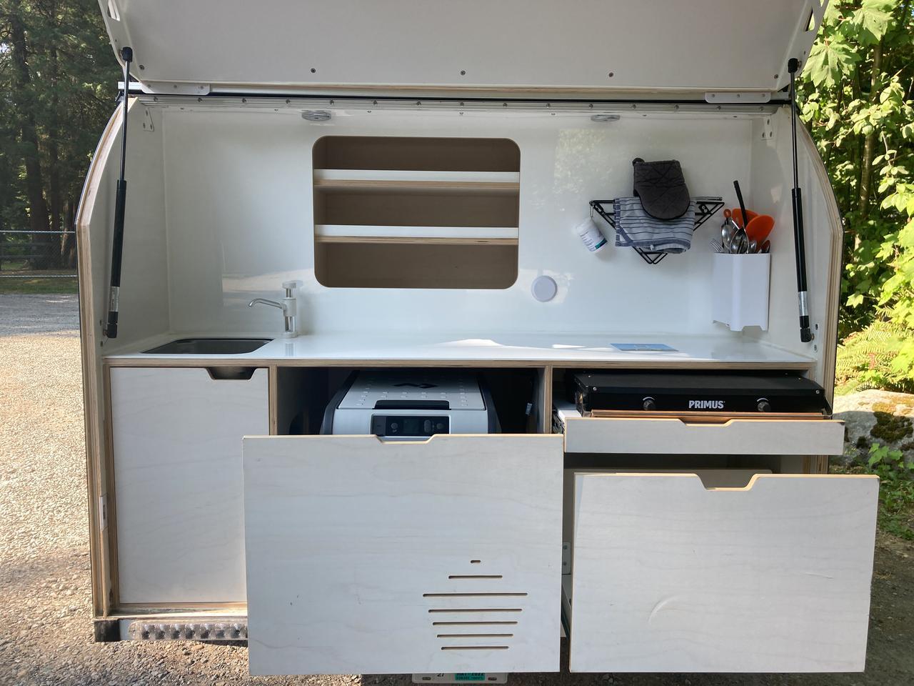 Новият вграден кухненски рафт и по-дълбокото централно плъзгащо се отделение се обединяват за по-добре оборудвана кухня