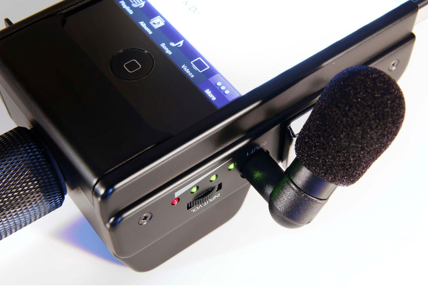 The Fostex AR-4i audio interface for iPhone 4 has an LED VU meter, and a thumbwheel control for adjusting the audio level