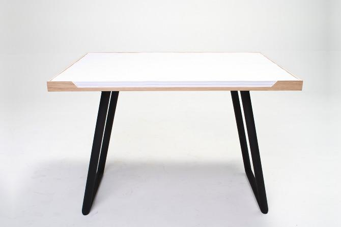 The desk consists of a tray with folding legs holding a giant notepad with sheets 100 x 70 cm (39.4 x 28 inches) in size, not in a kick in the pants away from Quad Demy or A0 sizes