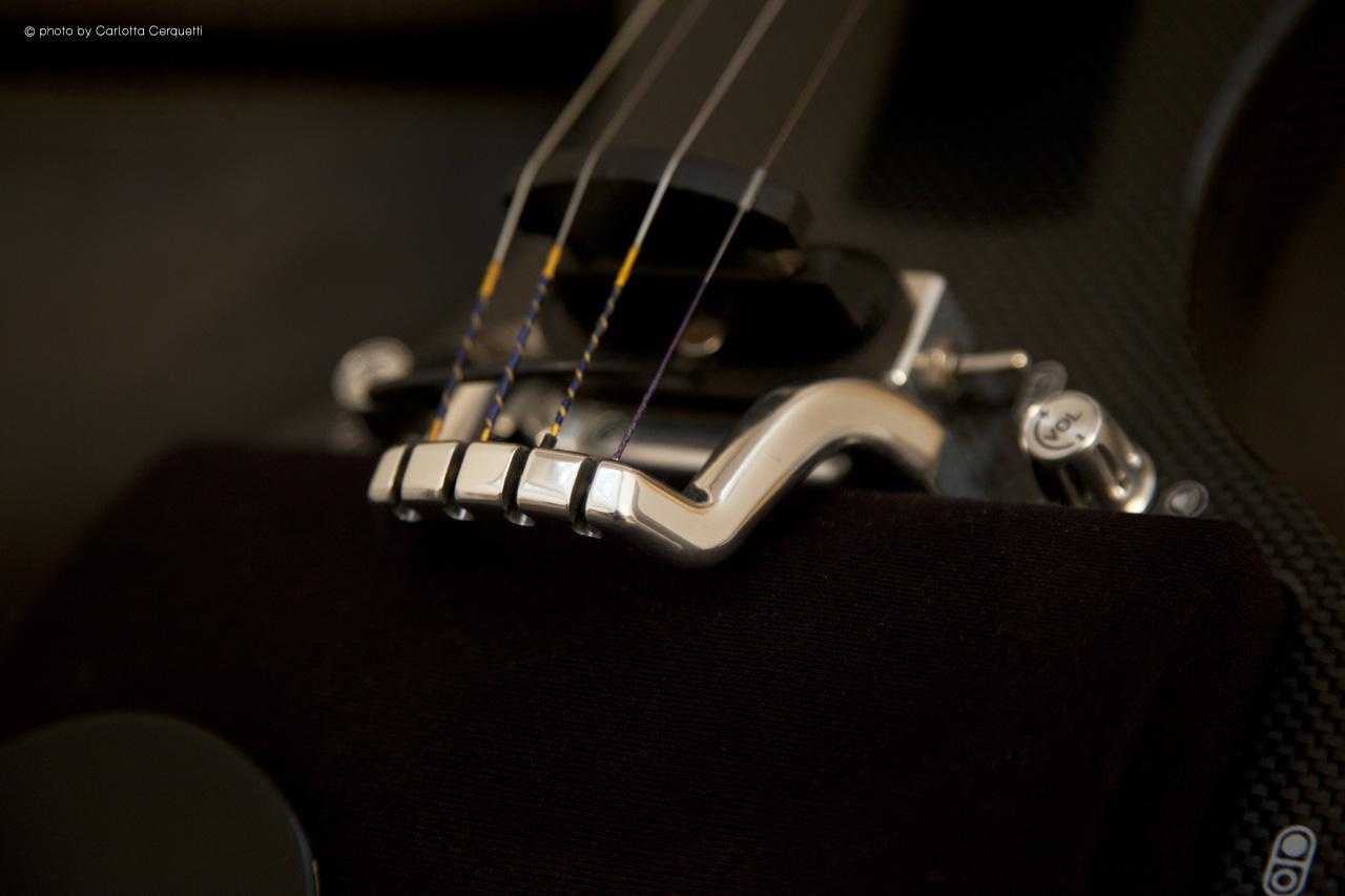 The instrument has a strong and rigid carbon fiber body and an aluminum tailpiece