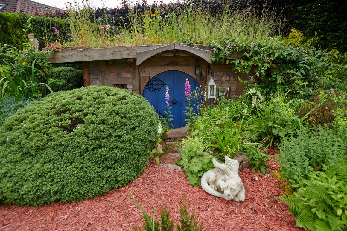 The hobbit hole-like Bux End, by Chris Hield, is used as a workshop for the owner to make armor and chainmail. The project is a finalist in the Nature's Haven category