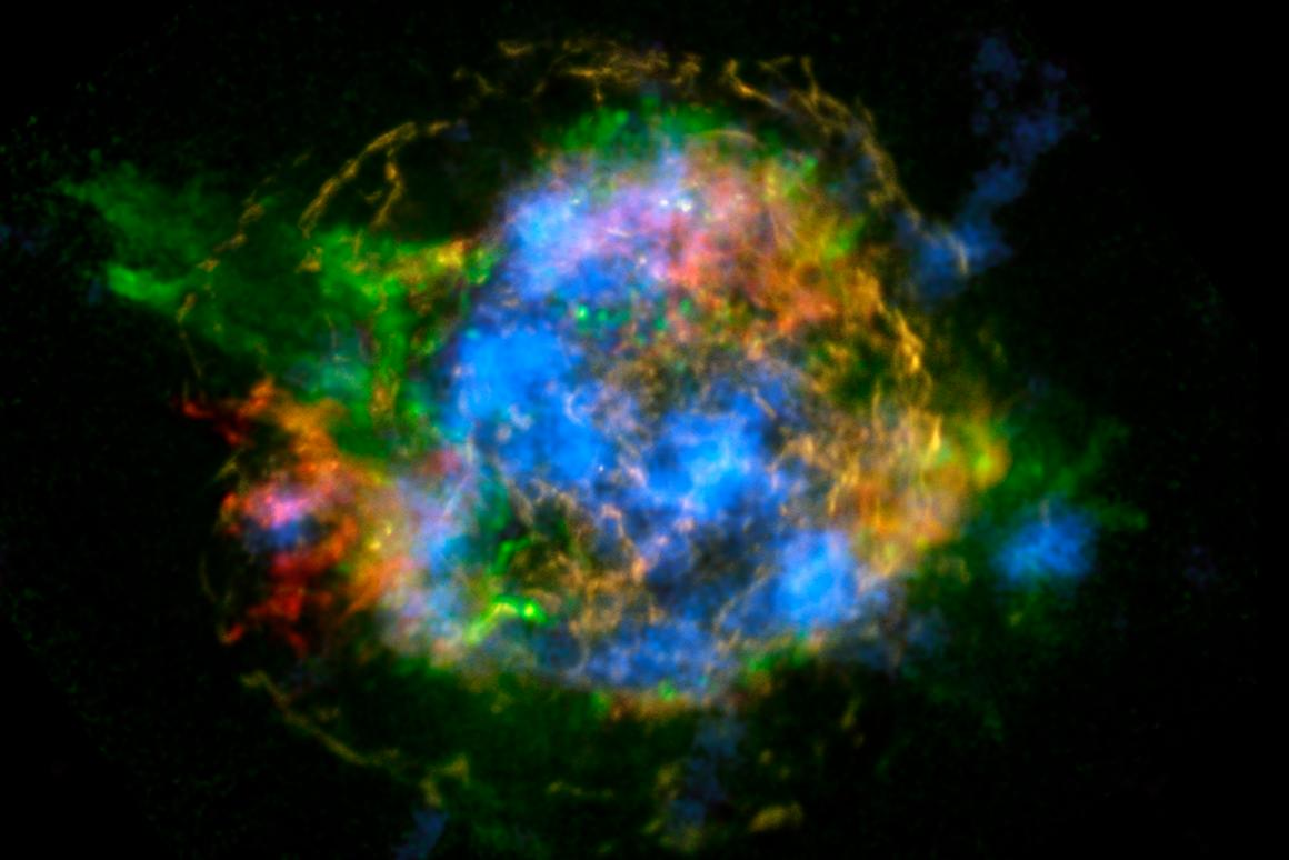 The newly detected radioactive elements of Cas A glow blue in this composite image (Image: NASA/JPL-Caltech/CXC/SAO)