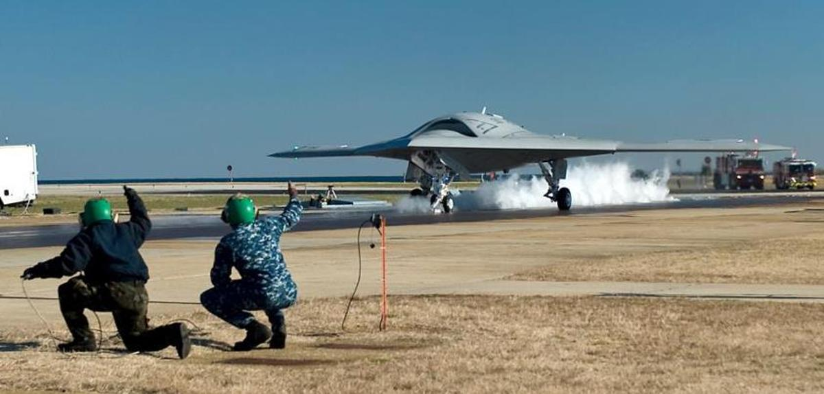 Launching crew prepares the X-47B Unmanned Combat Air System (UCAS) for its first land-based catapult launch (Photo: U.S. Navy)