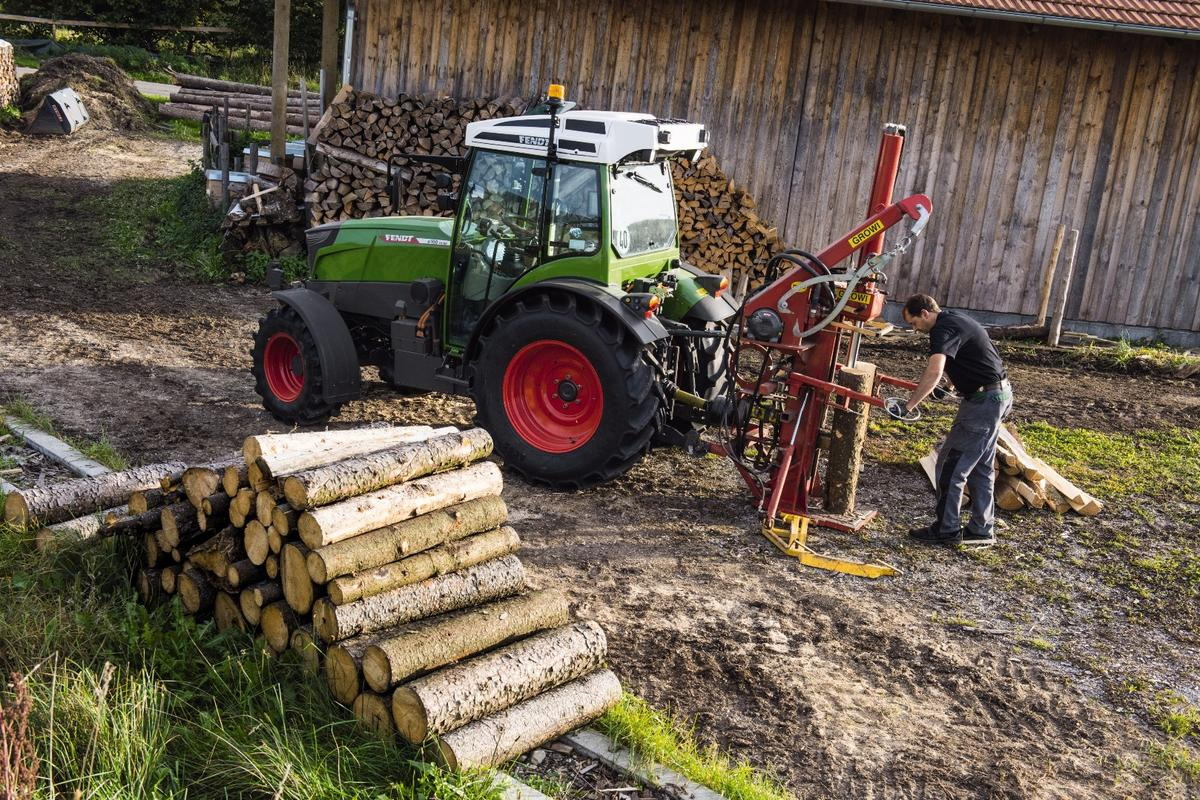 The Fendt e100 Vario offers a low-maintenance, energy-efficient, quiet and emissions-free compact tractor that is more cost-efficient to run than petrol- or diesel-powered tractors.