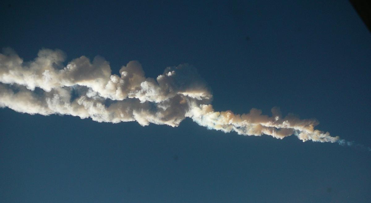 Vapor trail of the Chelyabinsk meteor (Photo: Nikita Plekhanov/Wikipedia)