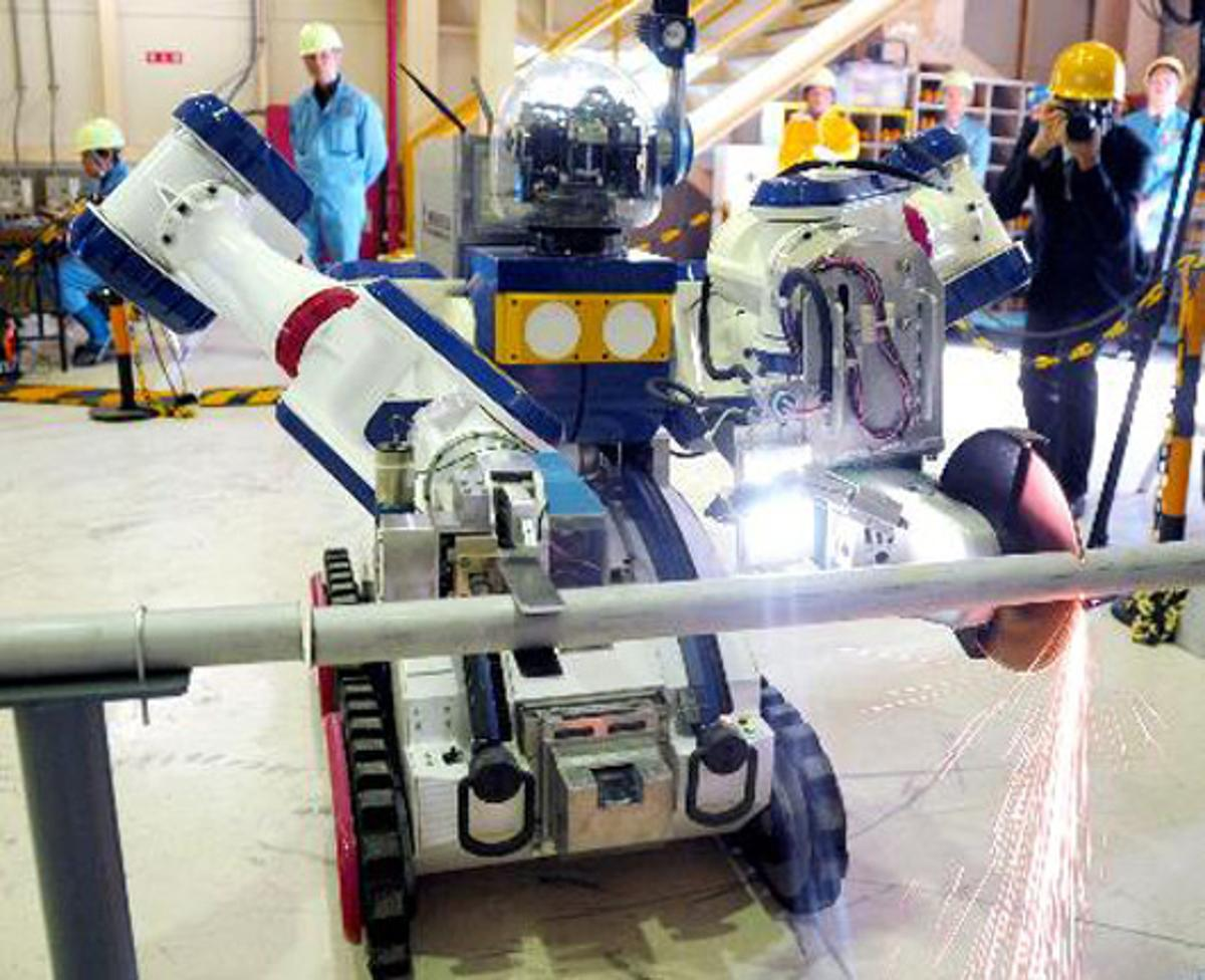 Mitsubishi Heavy Industries' MHI-MEISTeR can hold a pipe while it cuts it with a tool (Photo: 47 news)