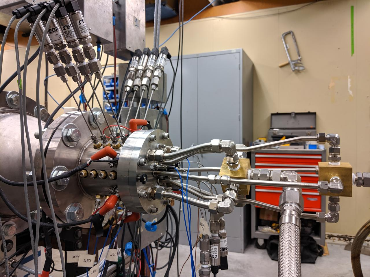 The researchers developed an experimental rotating detonation engine where they could control different parameters, such as the size of the gap between the cylinders.