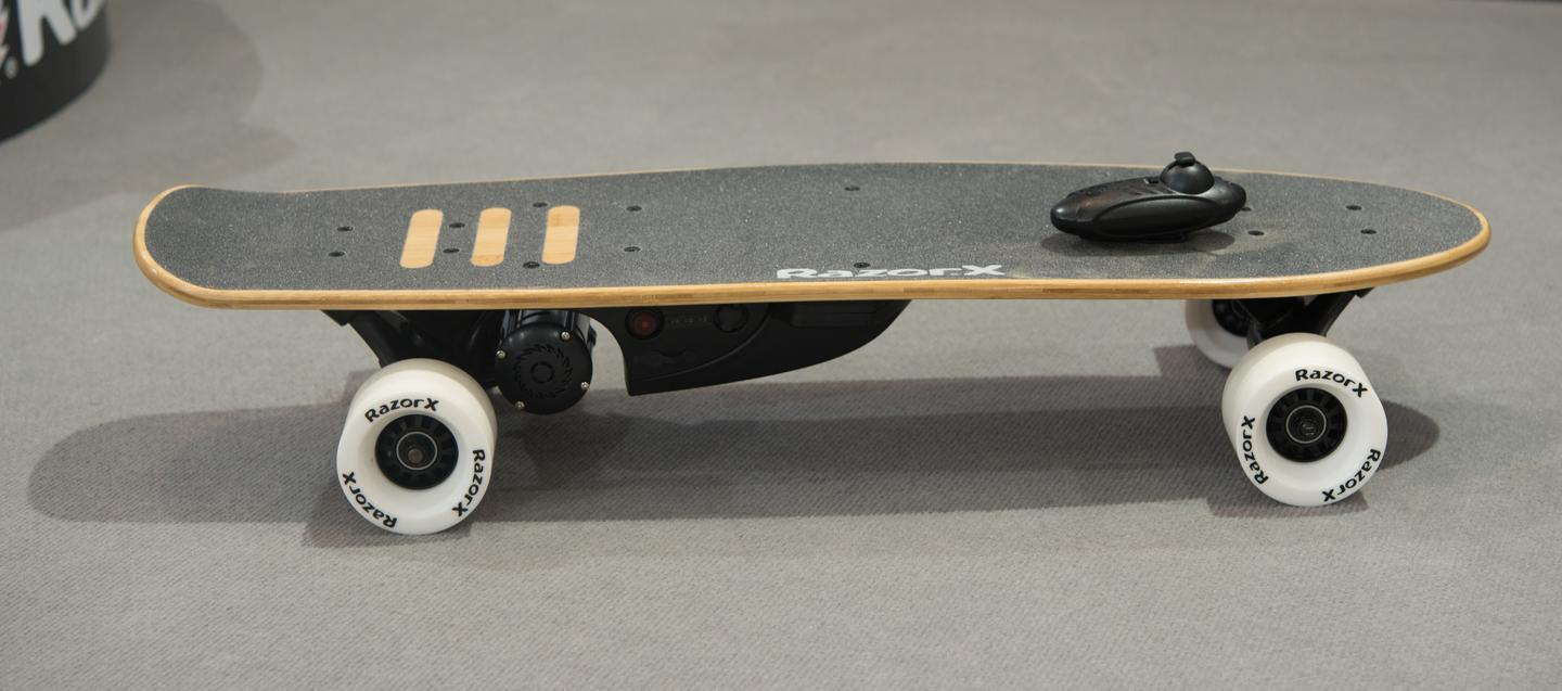 TheRazorX CruiserElectric Skateboard is alithium-powered ride