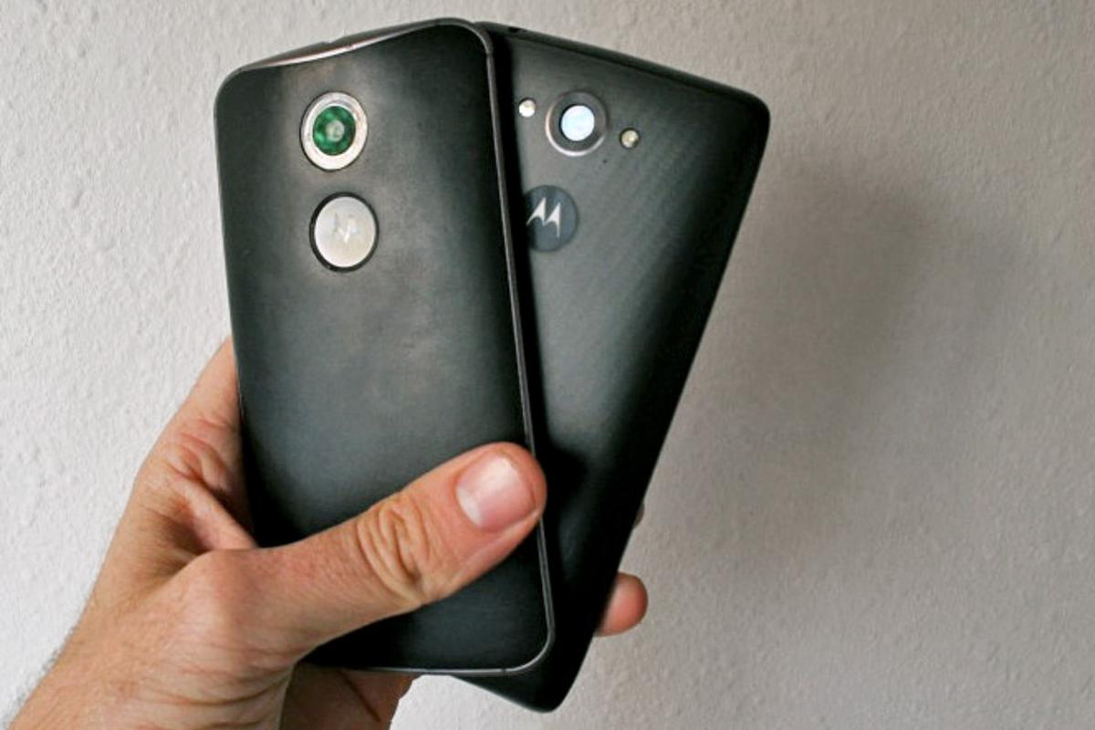 Gizmag goes hands-on to compare the 2014 Moto X (left) and Droid Turbo (Photo: Eric Mack/Gizmag.com)