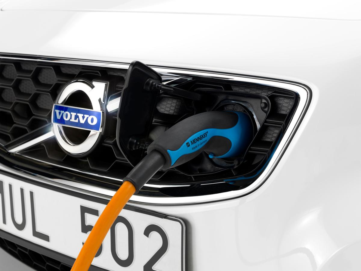 The fast-charger system uses a three-phase outlet to bring about a 164 km (102 mi) range in 1.5 hours