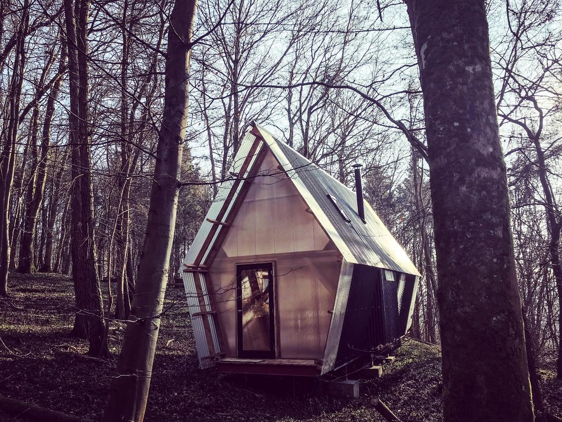 Trailer is  located in a forest managed by Invisible Studio