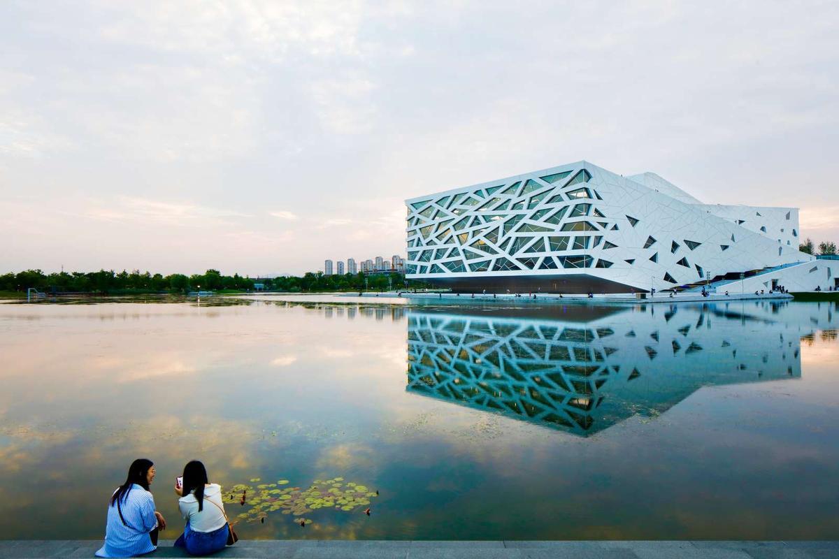 The Hangzhou Yuhang Opera is locatednext to a manmade lake