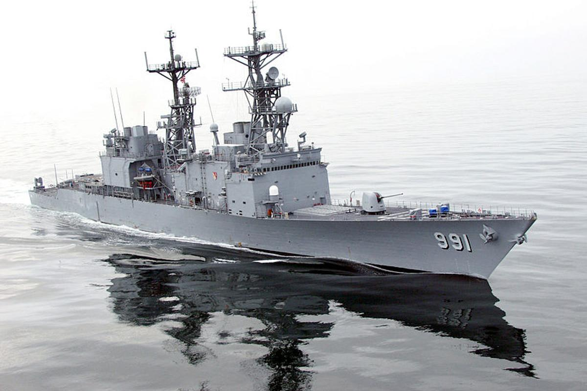 USS Fife, a Spruance-class destroyer powered by gas turbines