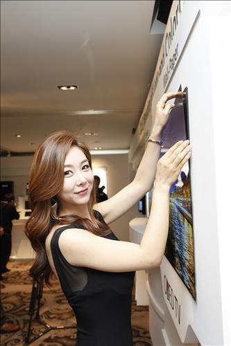 """LG's 55-inch """"wallpaper OLED"""" panel is just 0.97 mm thick and weighs 1.9 kg (4.1 lb)"""