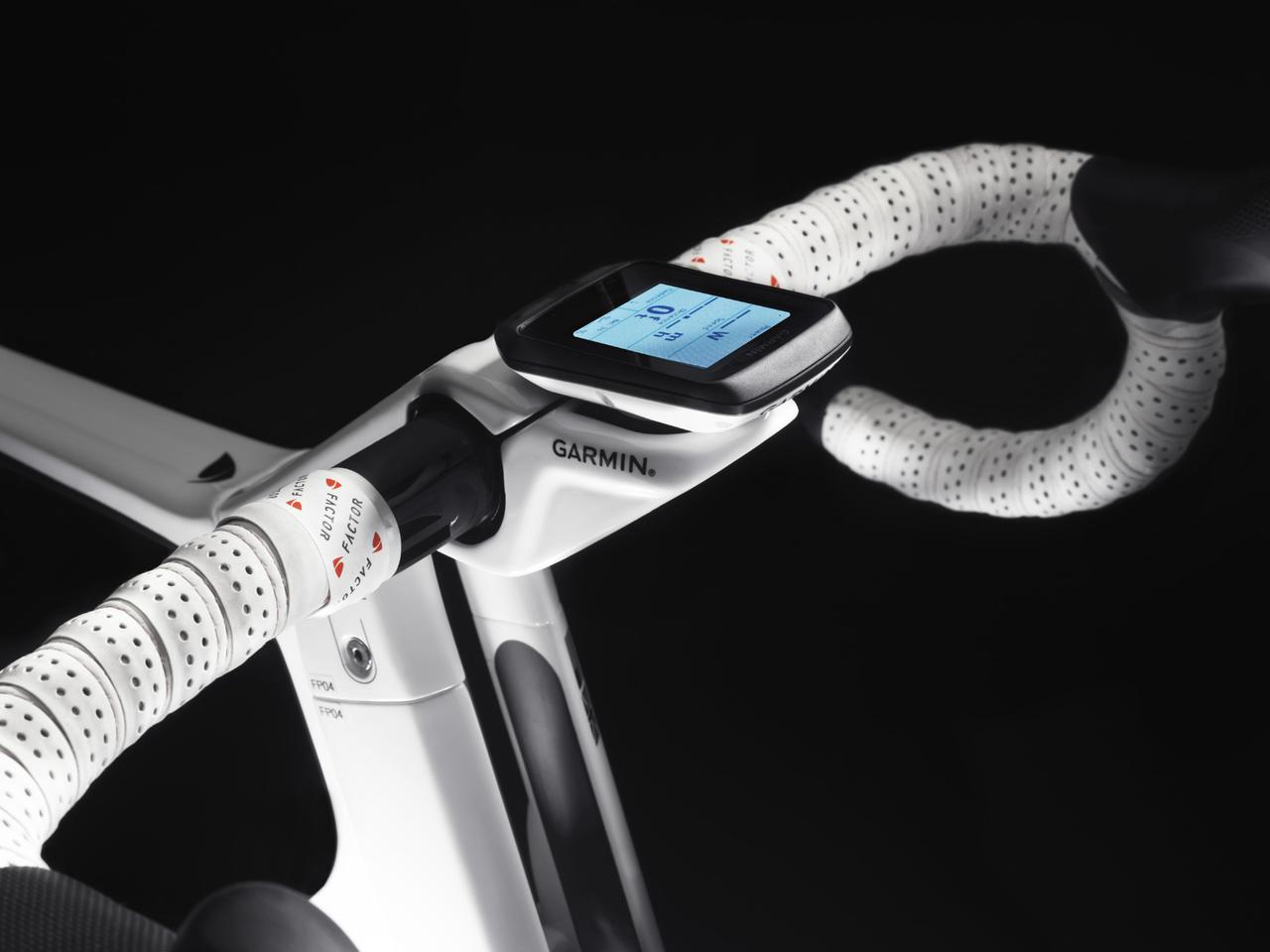 A Garmin Edge computer is mounted at the center of the Vis Vires' handlebars
