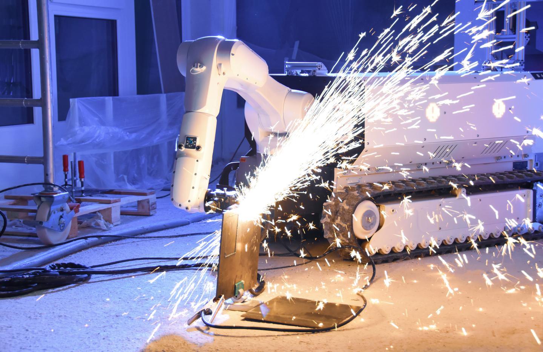 Прецизионная резка с помощью плазменного резака, прикрепленного к манипулятору робота.