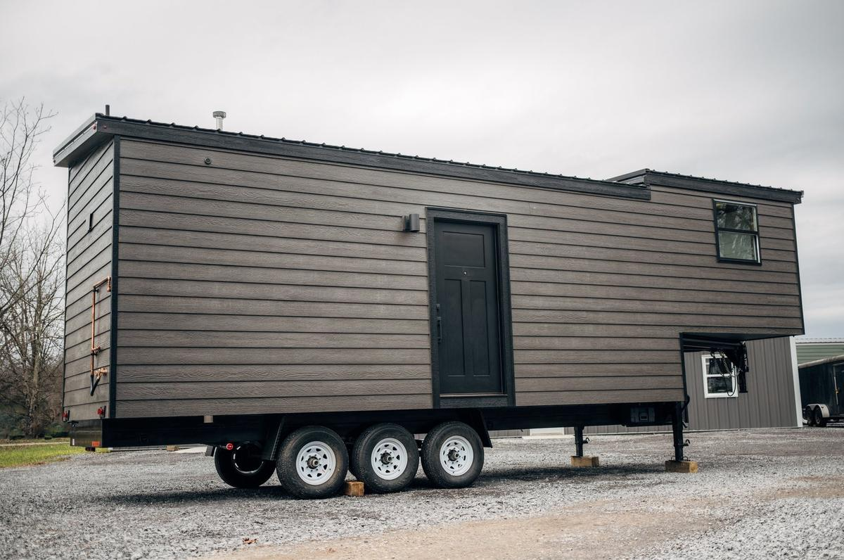 The Lupine is based on a triple-axle gooseneck trailer