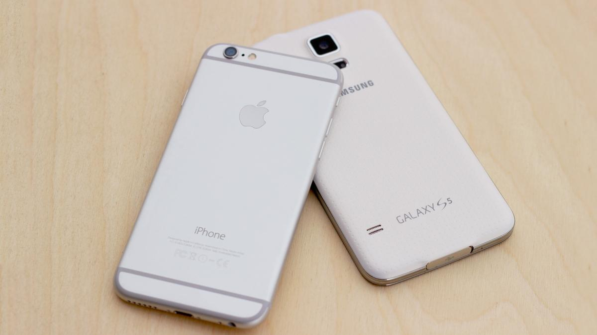 Gizmag goes hands-on to compare the iPhone 6 and Samsung Galaxy S5 (Photo: Will Shanklin/Gizmag.com)