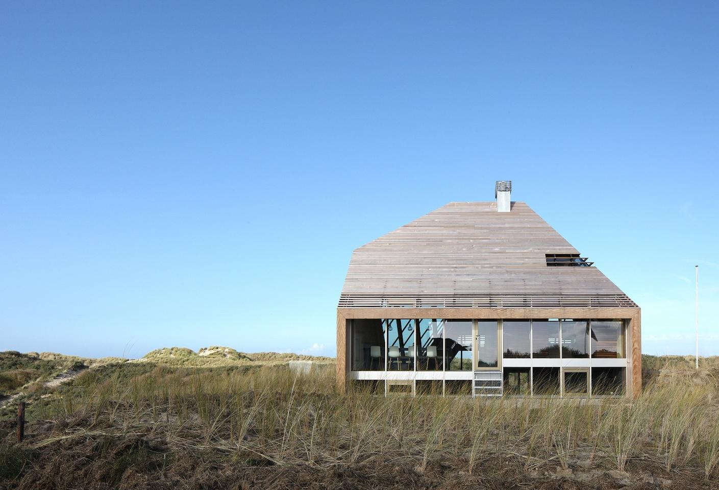 Dutch firm Marc Koehler Architects recently completed an attractive and unusual holiday home in the island of Terschelling, Northern Netherlands (Photo: Filip Dujardin)