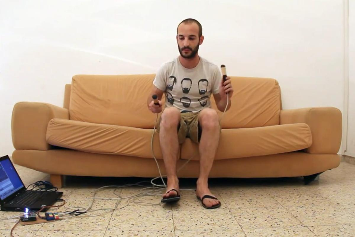 Israeli electronics tinkerer Maayan Migdal has made a working air drum kit using a pair of sandles, some garden rakes, an Arduino Uno board and some custom circuitry which feed through to a laptop via a standard MIDI interface