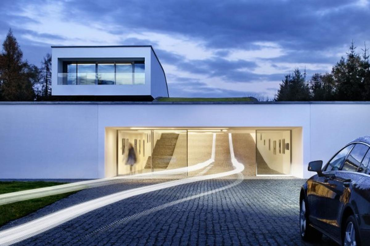 Autofamily House bears more than a little resemblance to a suburban version of Batman's Batcave (Photo: Juliusz Sokołowski)