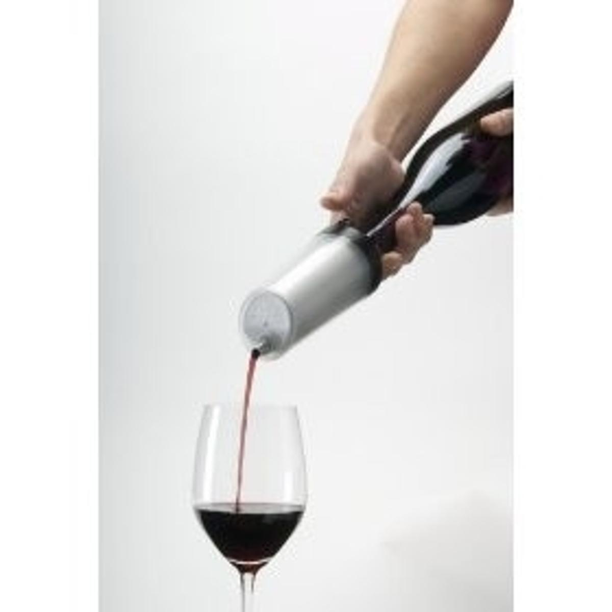 Ravi cools wine at the very moment it is served (photo courtesy of gadgetgrid)