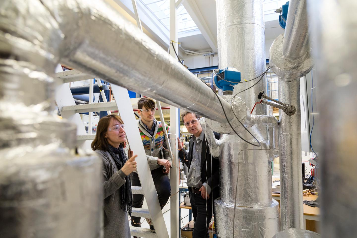 """Core participants in the """"Cold CO2 Capture"""" project discuss their results. From the left; chief scientist Petter Nekså, research scientist Kristin Jordal and David Berstad, MSc, all of SINTEF Energy Research (Photo: SINTEF/Thor Nielsen)"""