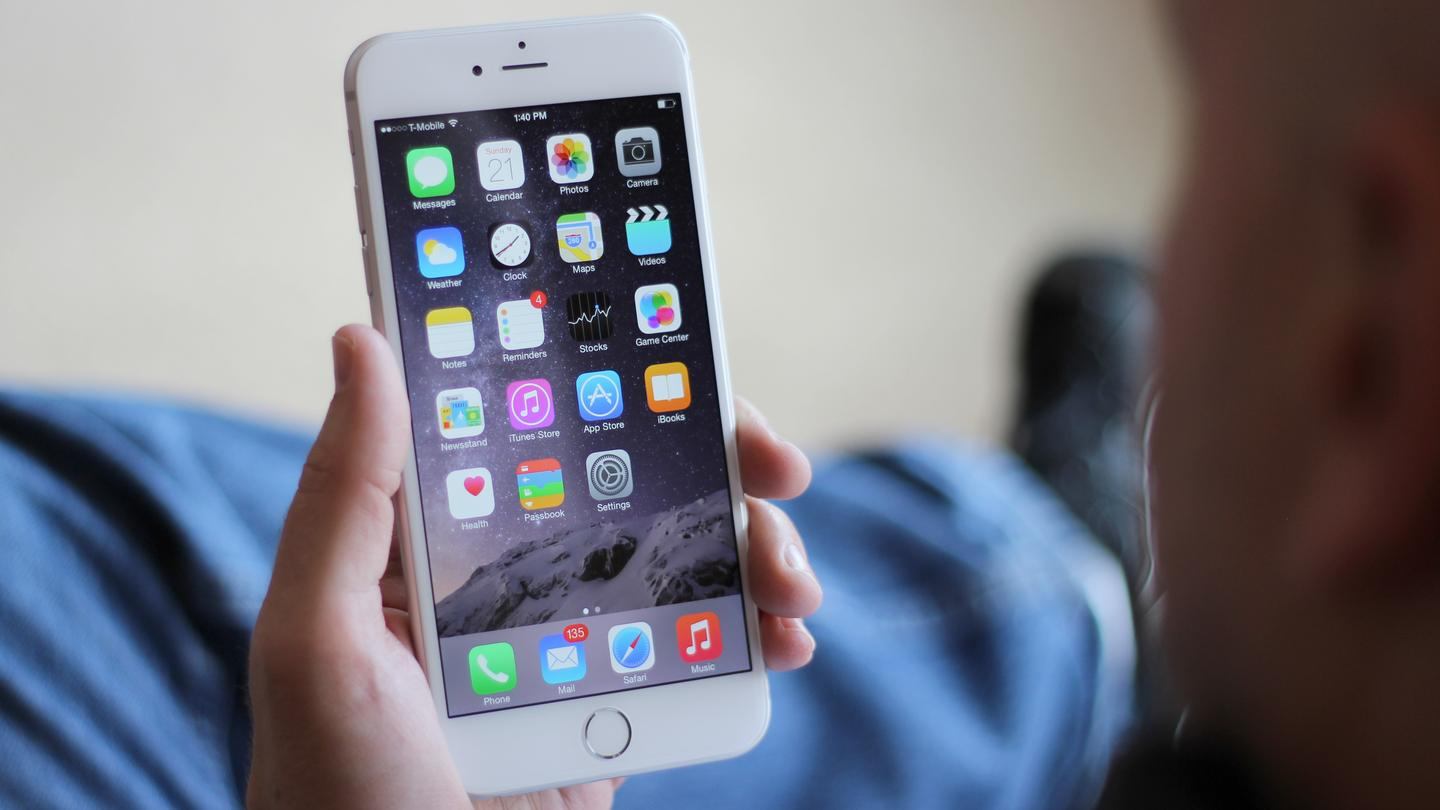 The iPhone 6 Plus' size is a huge departure from older iPhones (Photo: Will Shanklin/Gizmag.com)