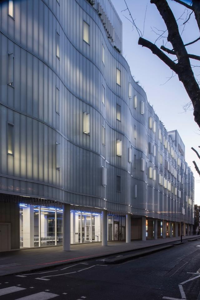 The Sainsbury Wellcome Centre for Neural Circuits and Behaviour has an undulating, glowing and multifunctional glass façade