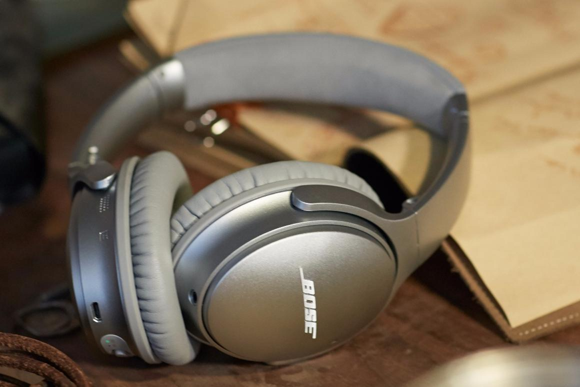 Tthe Bose QuietComfort 35 remains true to its predecessor, featuring a lightweight build that folds up compact for travel