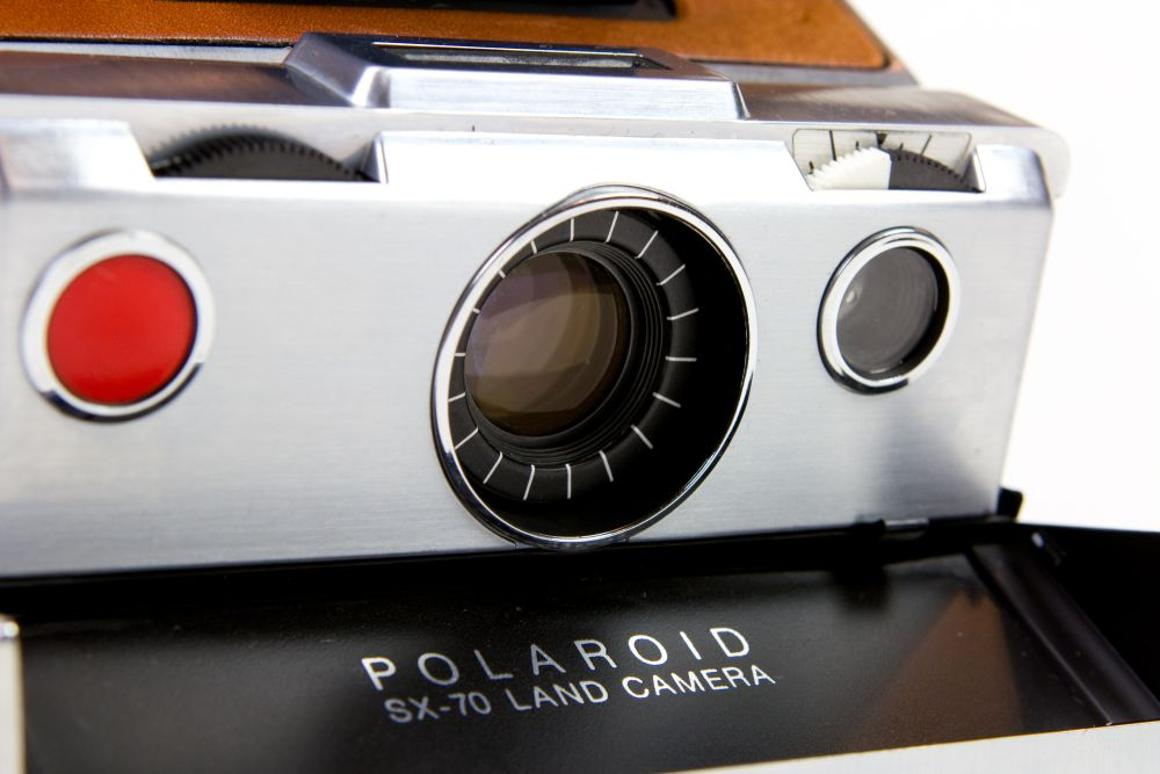 """The camera is equipped with a 116mm f/8 lens, f8 to f22 aperture lens, featuring manual focus of 10"""" to infinity"""