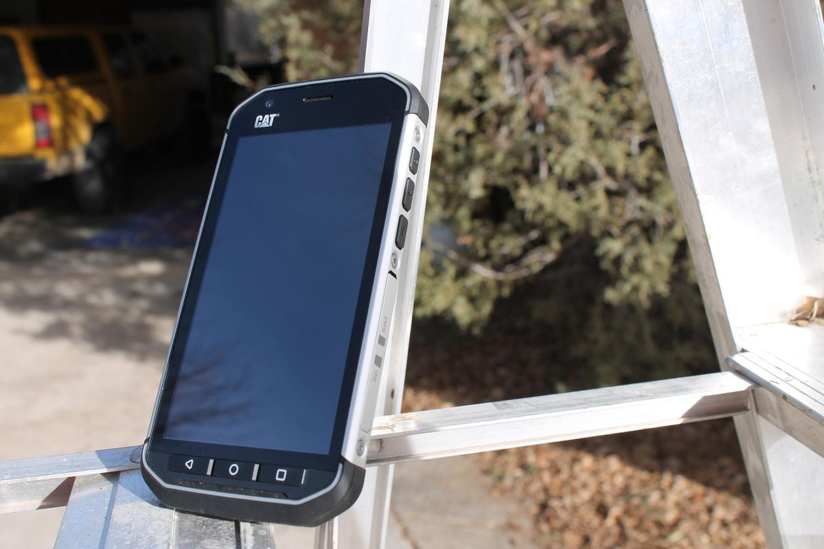 Gizmag reviews the Cat S40, an Android smartphone designed to take a licking and keep on ticking