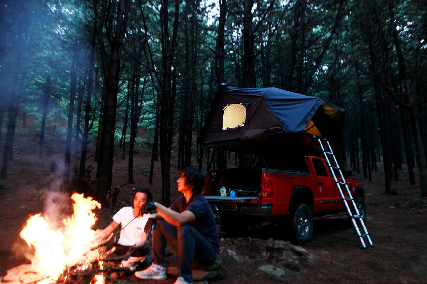 Skycamp Hard Shell Roof Top Tent Expands To Sleep The Family