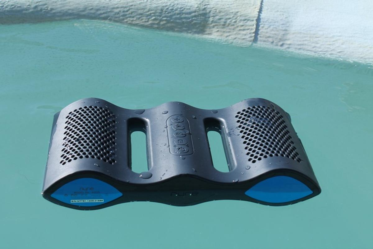 The Nyne Aqua is a floating, wireless stereo system (Photo: Eric Mack/Gizmag)