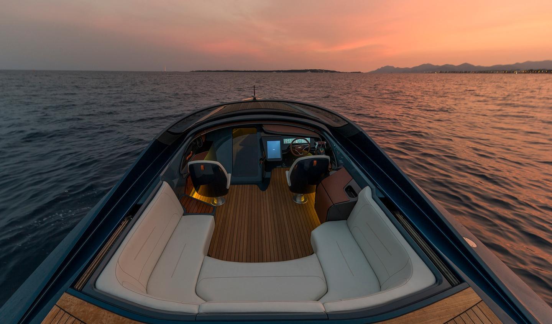 Aston Martin S Am37 Powerboat Debuts In Monaco