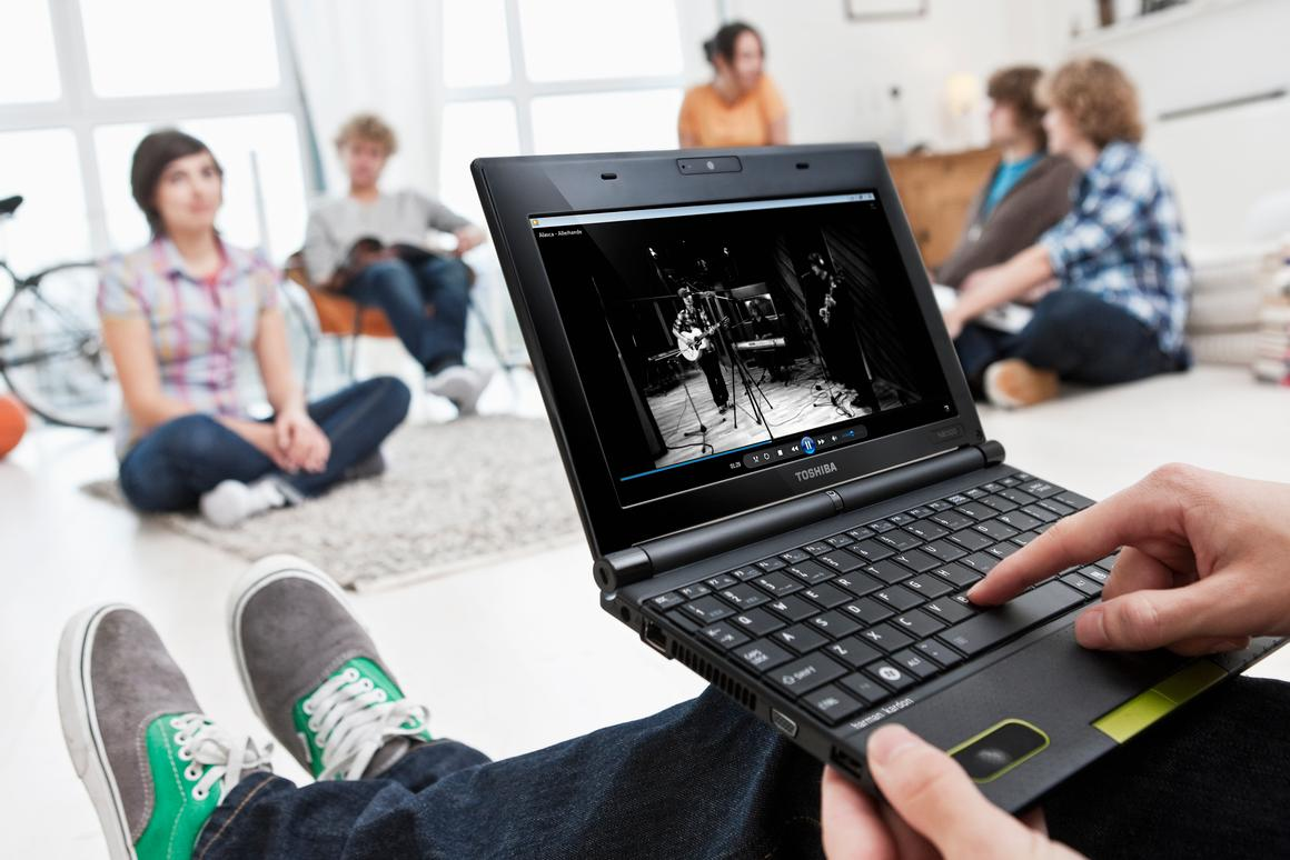 Toshiba has slammed a pair of Harman/Kardon speakers into its new mini NB520 netbook, which are claimed to provide the kind of audio performance usually reserved for bigger devices