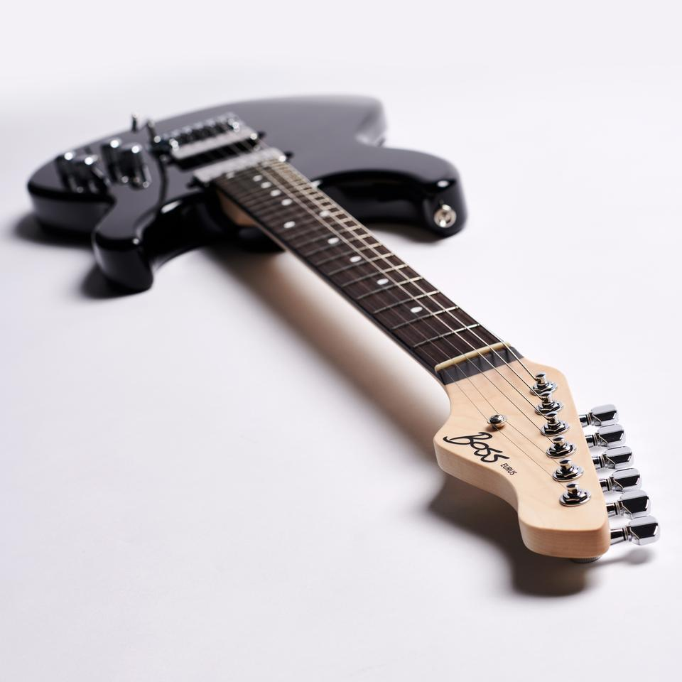 The bolt-on maple neck rocks a rosewood fingerboard with 24 frets