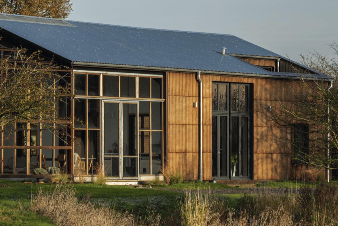 Una casa sostenible de tres habitaciones denominada Flat House cuenta con un diseño de paquete plano que utiliza materiales de cáñamo cultivados en la propiedad de 20 acres