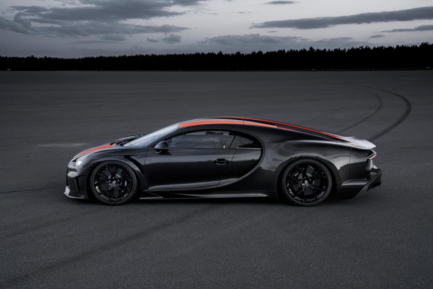 Bugatti Chiron surpasses 300 mph barrier with a speed of 304.773 mph (490.484 km/h)