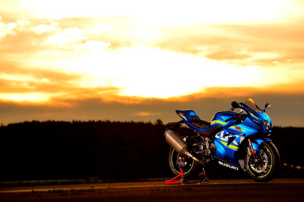 The new Suzuki GSX-R1000/R retains the familiar MotoGP bluepaintjob with the huge logo running along the fairings' sides