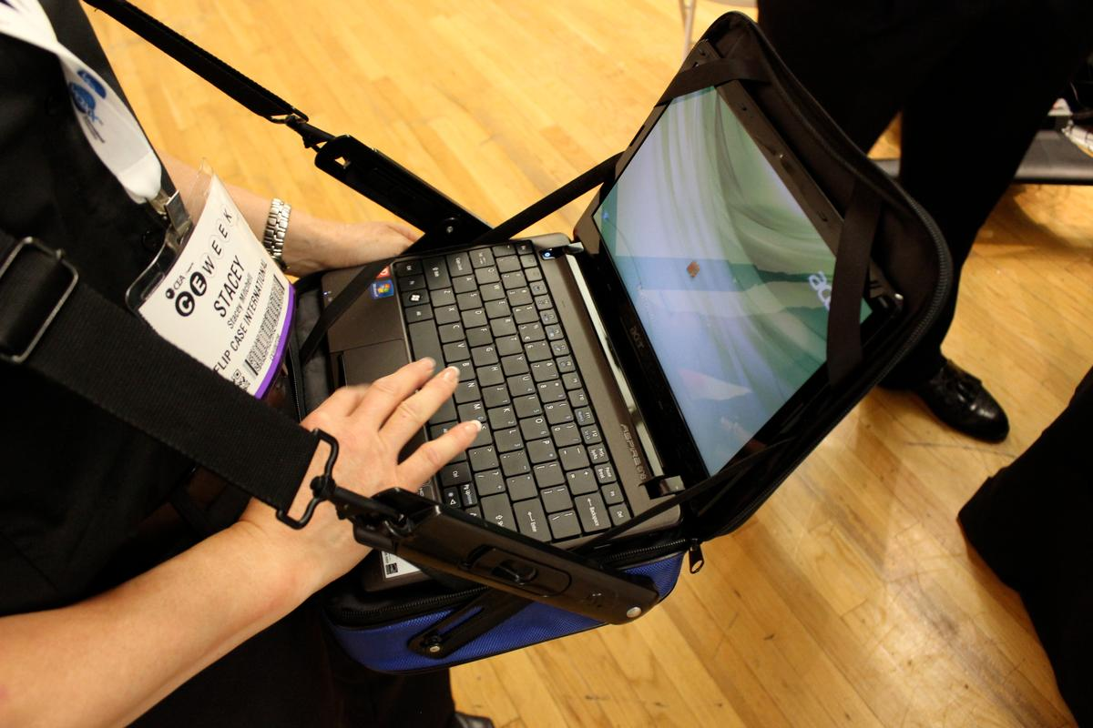 The Flipcase looks like a regular shoulder bag, but can be flipped in seconds so you can use your laptop or tablet while you're standing (Photo: Ben Coxworth/Gizmag)