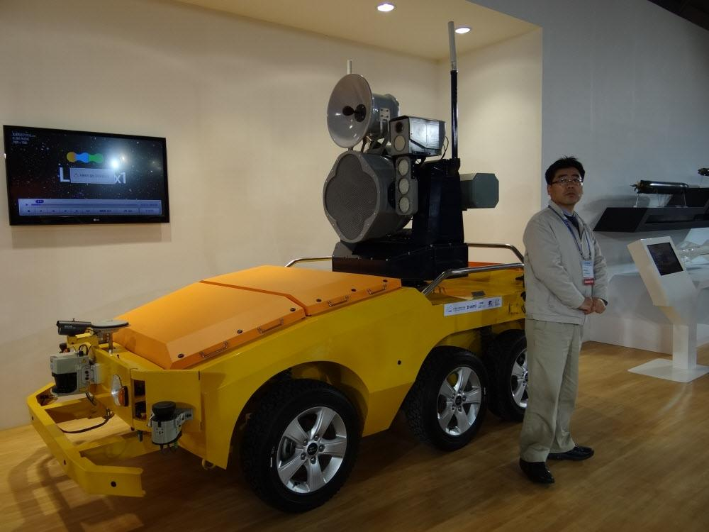 A man stands next to the bird strike defense robot (Photo: Chosun)