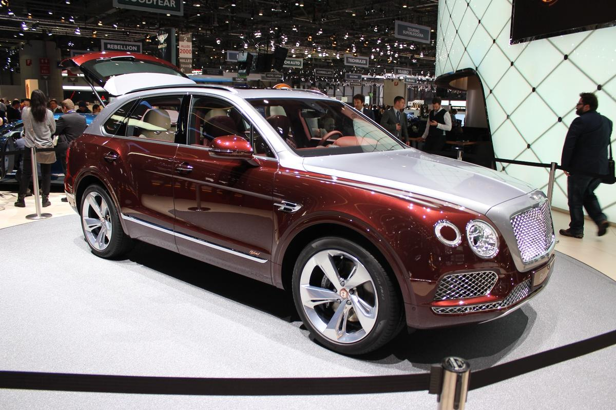 When not tapping into the turbocharged 3.0-liter V6, the Bentayga Hybrid offers 31-mi (50-km) electric-only range