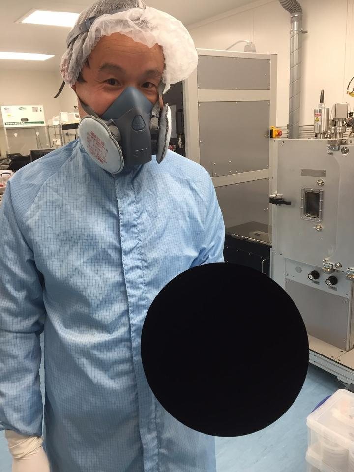 It may look like a circle superimposed on the photo, but this is actually a round object coated in Vantablack S-VIS
