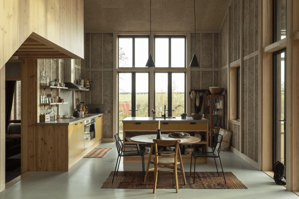 Muchos de los paneles de cáñamo han quedado expuestos en todo el interior de la casa, lo que se suma a su estética cálida y rústica.
