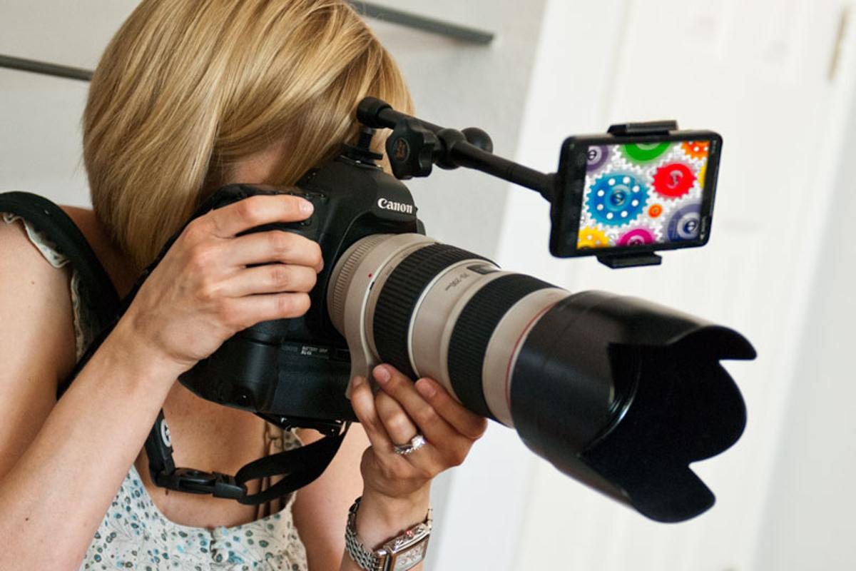 Look Lock attaches to a hot-shoe and holds a smartphone directly above the DSLR lens