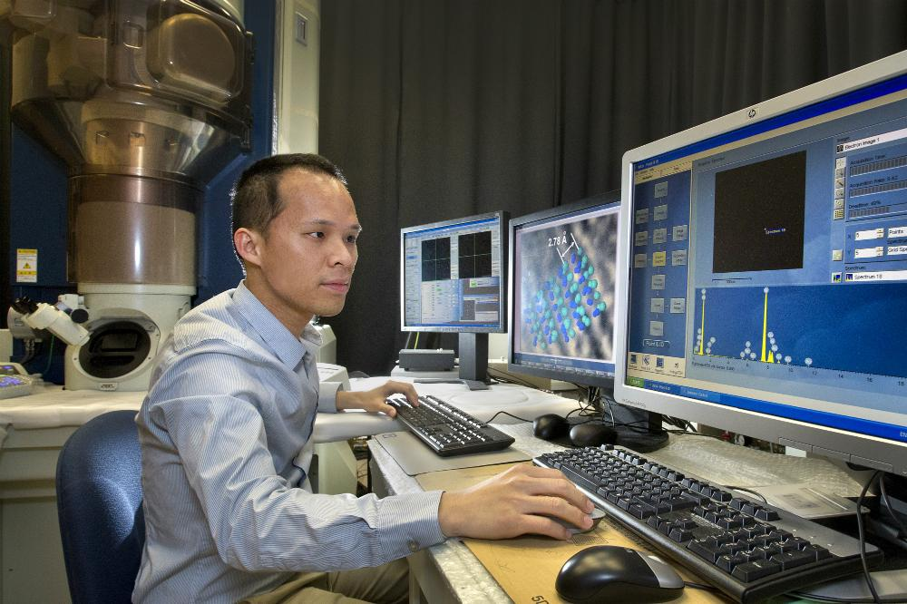 Wei-Fu Chen examines the atomic structure of the platinum alternative electrocatalyst