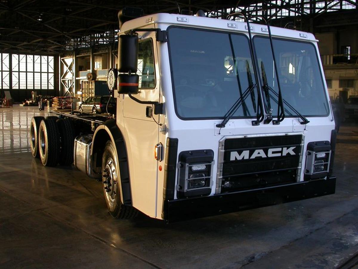 """The truck is a Mack LR model refuse collection truck (aka """"garbage truck"""") chassis that's been retrofitted with Wrightspeed's Route 1000 turbine and electric powertrain"""