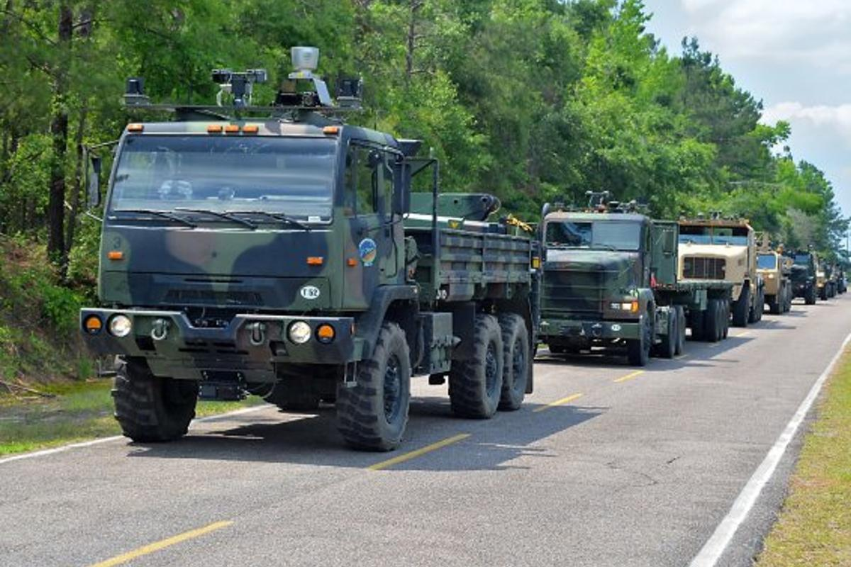 A convoy of driverless US Army trucks (Photo: Department of Defense)