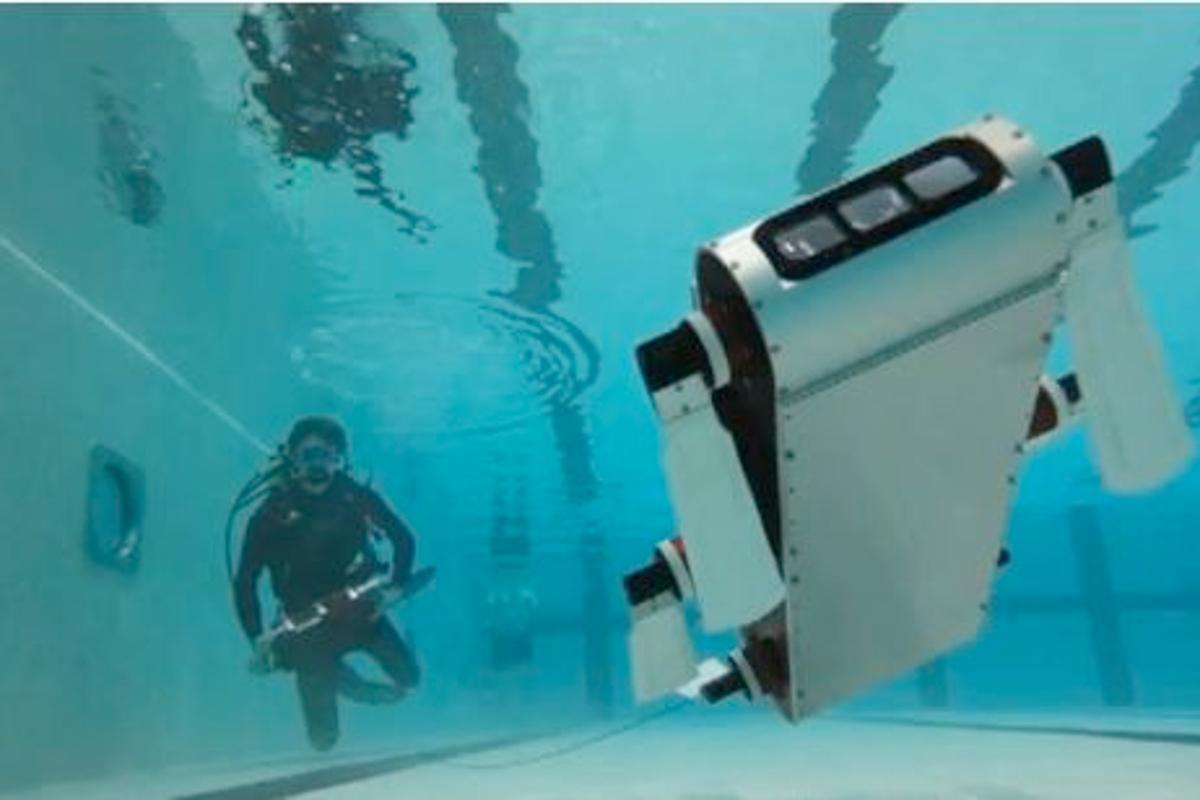 AQUA and a diver with the AQUATablet